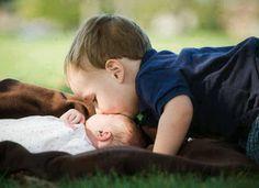 Estrechando lazos entre el bebé recién nacido y su hermanito
