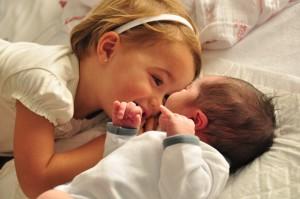 el bebé recién nacido y su hermano mayor